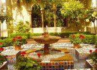Декоративный фонтан и водопад в саду